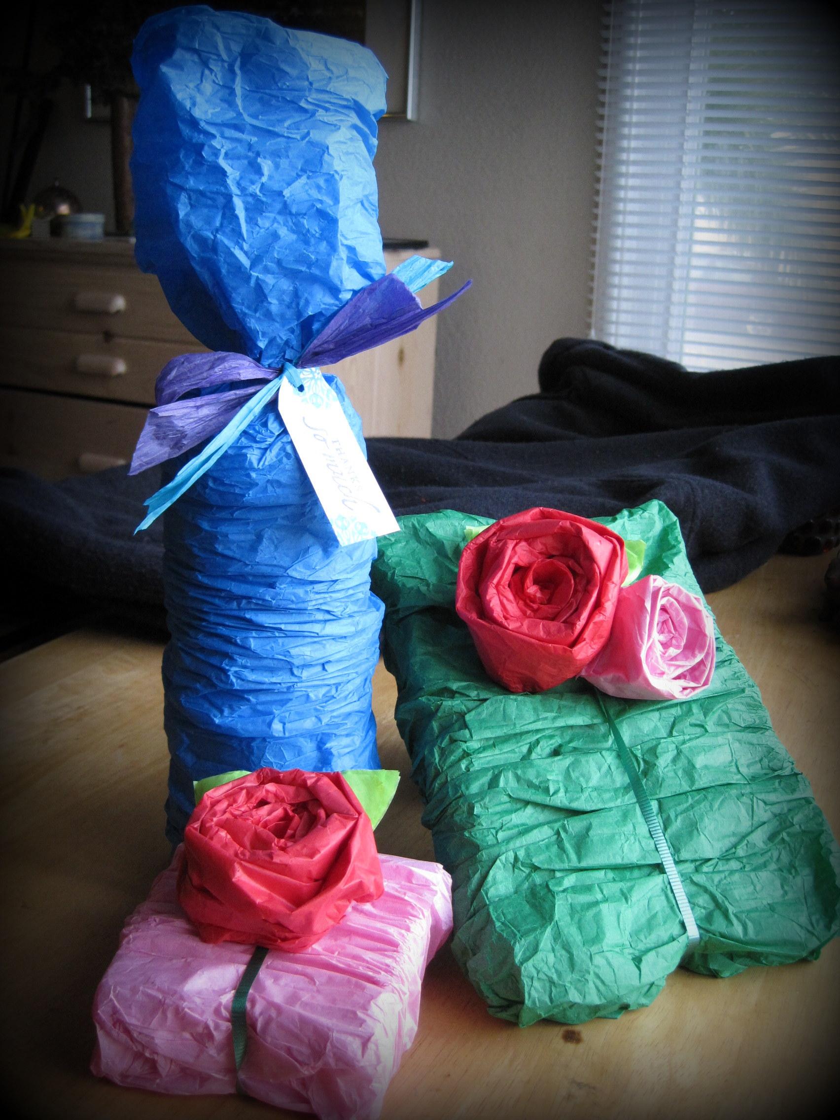 Сделать упаковку для подарка из гофрированной бумаги 11